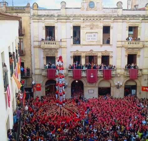 "4d9sf (without folre, or ""clean"") by the Colla Joves Xiquets de Valls in Plaça del Blat, Valls in the 2013 Diada de Santa Úrsula. You can notice a huge change of colour of shirts between one side and the other of the square."