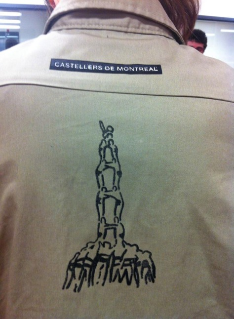 Castellers de Montréal have gained their reputation for being one of the oldest colles overseas. They are also one of the few on having any image on the back of the shirts: their badge.